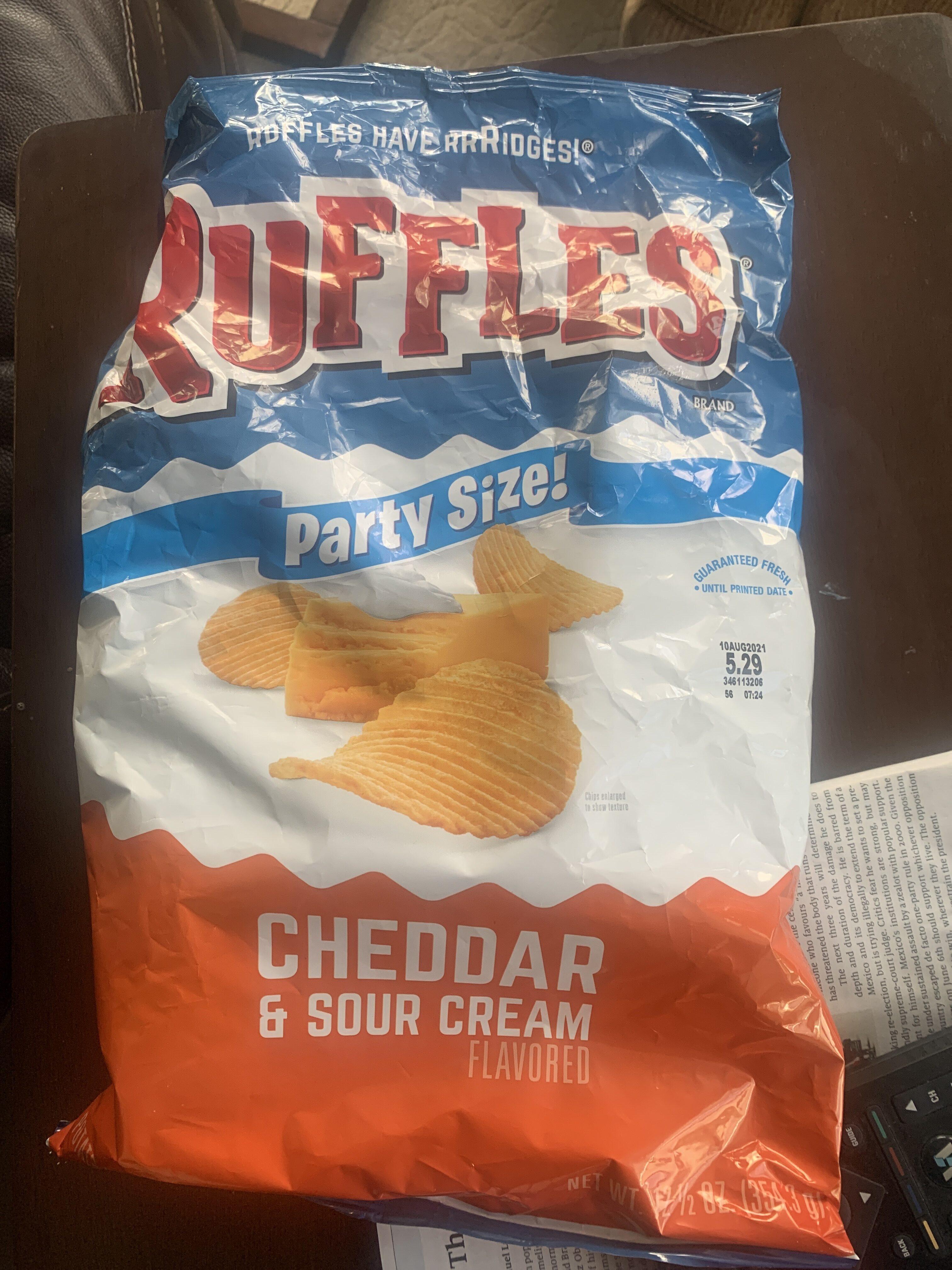 Ruffles Cheddar & Sour Cream Flavored Potato Chips 8.5 Ounce Plastic Bag - Produit - en