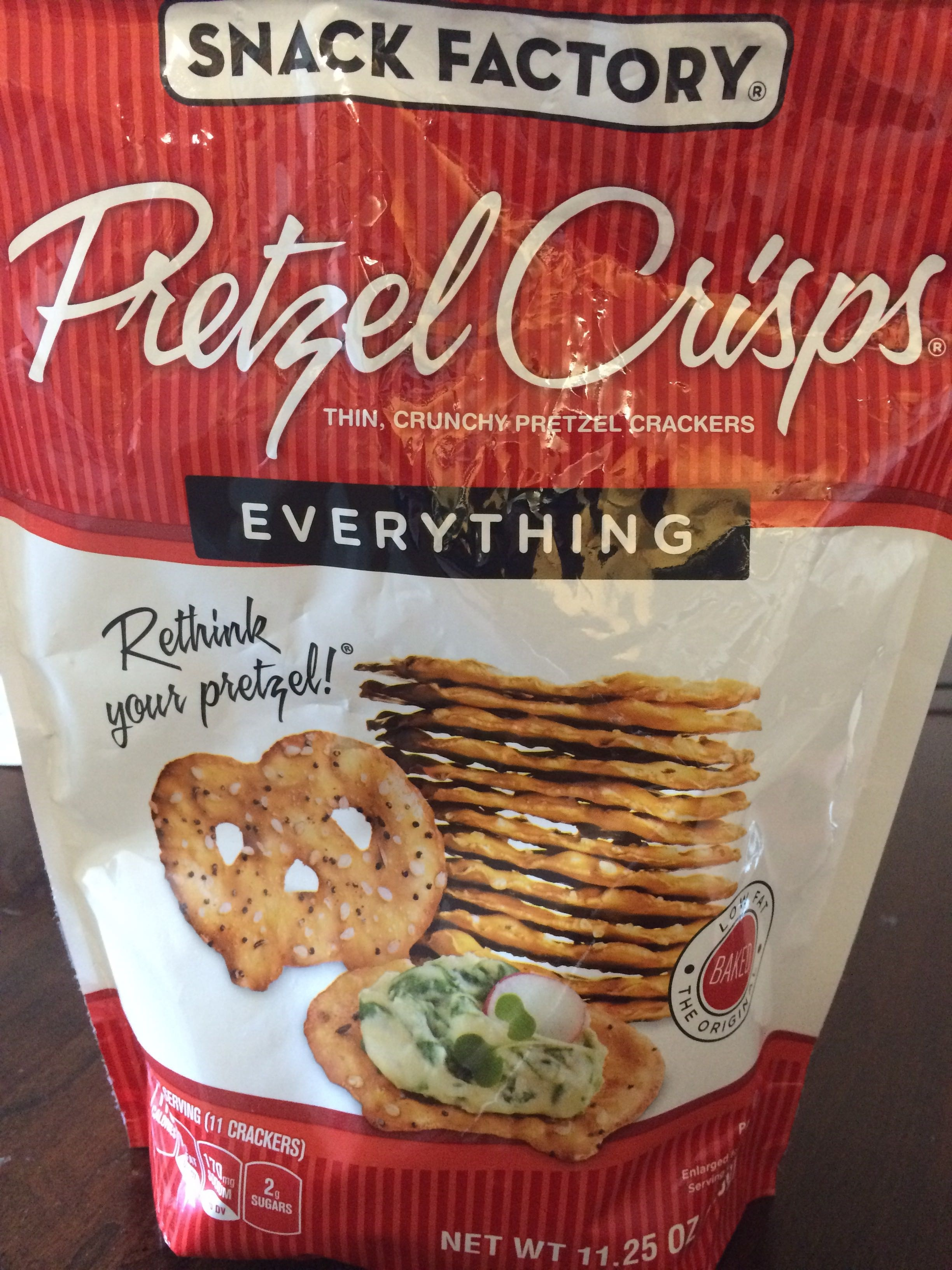 Thin, crunchy pretzel crackers - Product - en