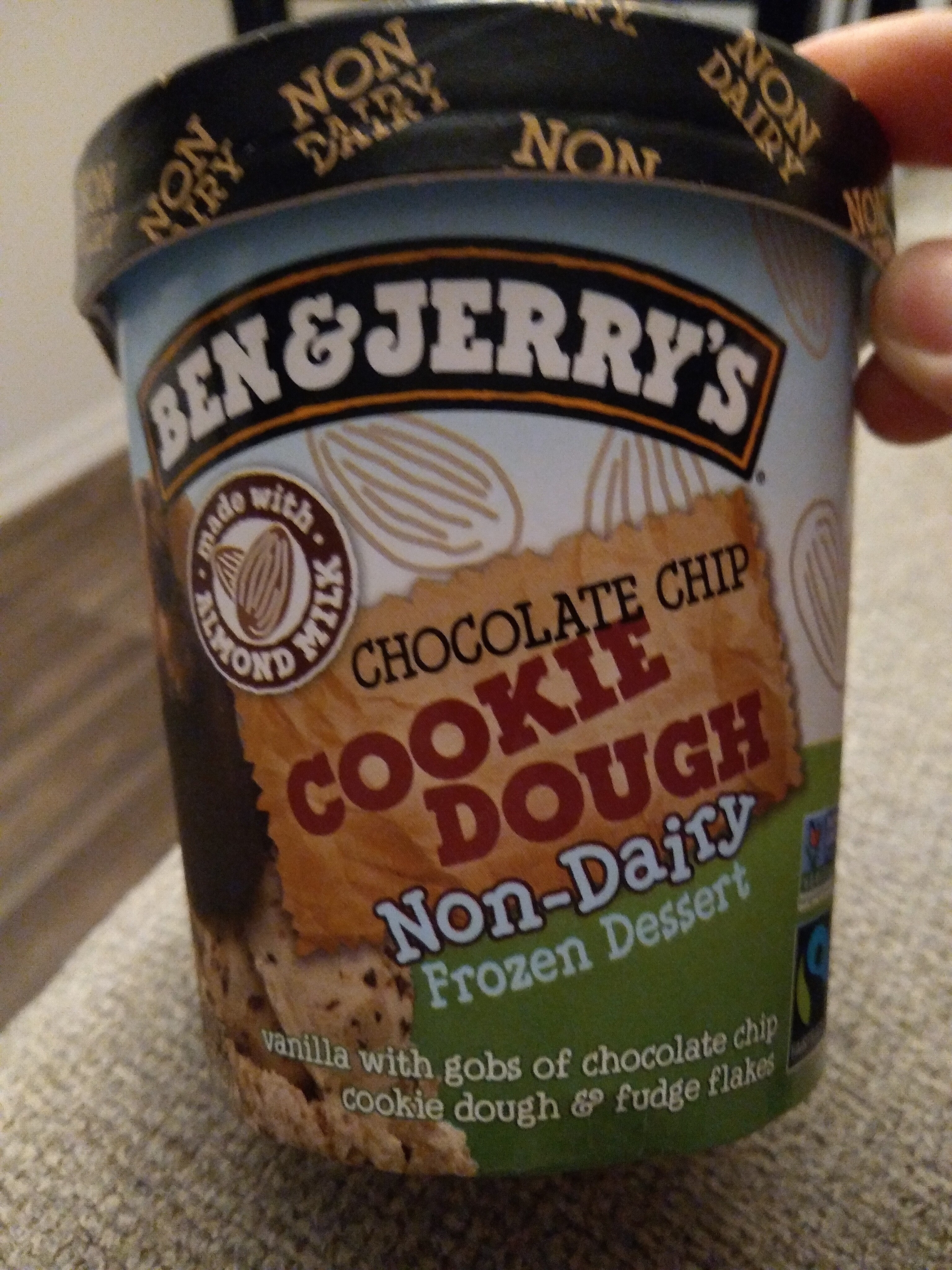 Chocolate chip cookie dough vanilla with gobs of chocolate chip cookie dough & fudge flakes non-dairy frozen dessert, chocolate chip cookie dough - Product - en
