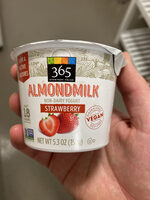 Strawberry almondmilk non-dairy yogurt, strawberry - Product - en