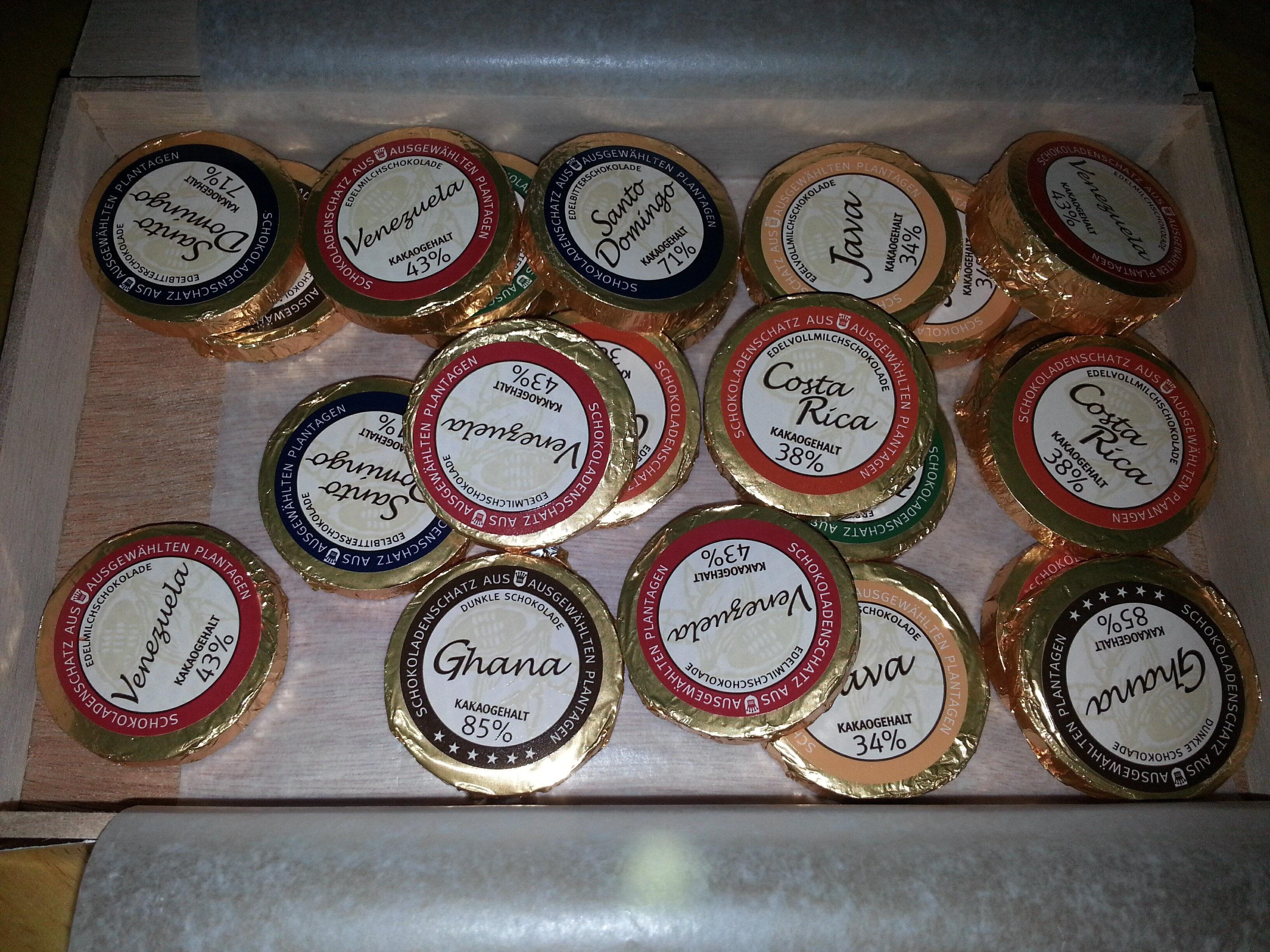 Holzkiste mit 45 Golddublonen - Product - de