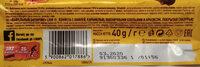 Nadziewany wafel z karmelem 29.8%, płatkami pszennymi 3,2%, i orzechami ziemnymi 18% w polewie kakaowej. - Składniki