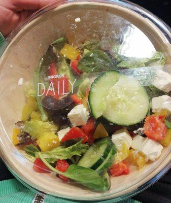 Salade mêlée avec fromage grec en saumure et olives - Produit