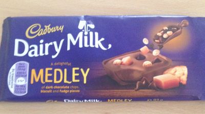 Cadbury Dairy Milk Medley Dark Choc Chip, Biscuit & Fudge Chocolate Bar - Producto