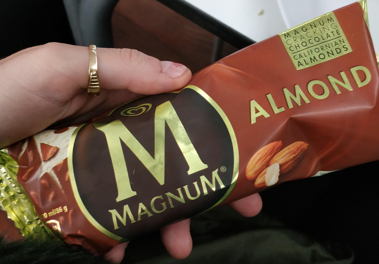 Almond Gelato alla vaniglia ricoperto di cioccolato al latte e mandorle - Producto - es