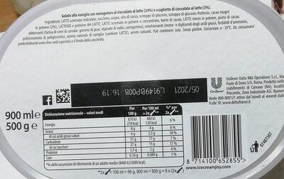 Gelato alla vaniglia con variegatura al cioccolato al latte (24%) e scagliette di cioccolato al latte - Produit